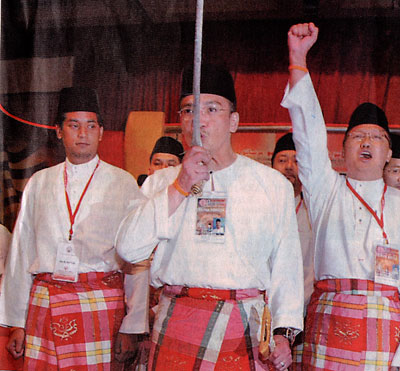 Hishammuddin with his keris at Umno assembly