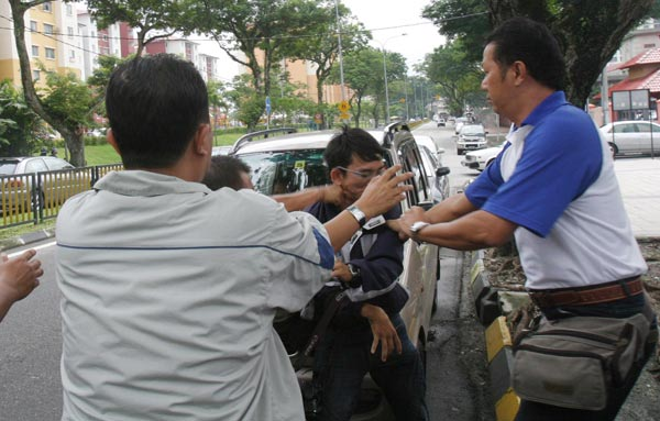 UMNO gangsters punched reporter